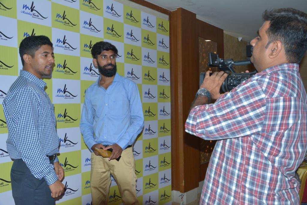 Marketing-Keeda-Deepak-VSERVE-solutions-appreciation-award-2